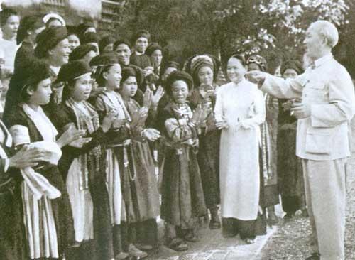 Năm 1965, Bác và bà Nguyễn Thị Thập tiếp đại biểu phụ nữ các dân tộc ít người.