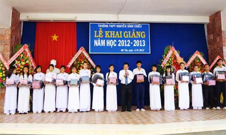 Bí thư Tỉnh ủy Trần Thế Ngọc trao quà cho học sinh Trường THPT Nguyễn Đình Chiểu.