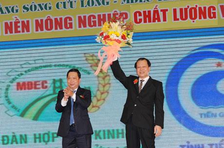 Bí thư tỉnh ủy Trần Thế Ngọc tặng hoa chúc mừng Phó Thủ tướng Vũ An Ninh