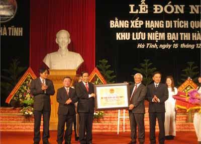 Thay mặt lãnh đạo Đảng, Nhà nước, Phó Chủ tịch Quốc hội Uông Chu Lưu trao bằng của Thủ tướng Chính Phủ công nhận di tích Quốc gia đặc biệt khu lưu niệm Nguyễn Du cho lãnh đạo tỉnh Hà Tĩnh - Nguồn: baohatinh.vn