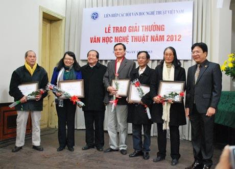 Thứ trưởng Bộ VHTT&DL Vương Duy Biên (ngoài cùng bên phải) và nhà thơ Hữu Thỉnh trao giải cho các tác giả đoạt giải A.