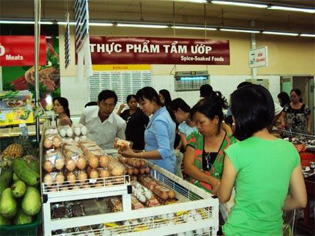 Đông đảo người dân đến mua sắm tết tại Co.opMart Mỹ Tho.