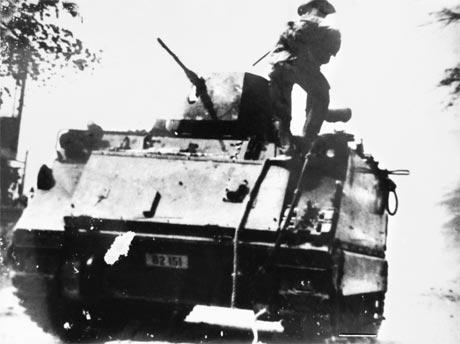 Quân giải phóng chiếm một xe tăng địch giữa nội ô TP. Mỹ Tho. Ảnh: Tư liệu