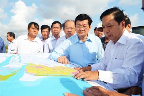 Lãnh đạo tỉnh thuyết trình cho Chủ tịch nước Trương Tấn Sang về Đê biển Gò Công.