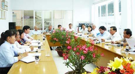 Ông Nguyễn Văn Khang, Chủ tịch UBND tỉnh làm việc với Công ty CP May Sông Tiền.