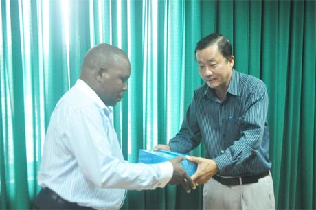 Ông Đoàn Thành Đạt, Chủ tịch Hiệp hội Doanh nghiệp tỉnh Tiền Giang tặng quà lưu niệm cho đại diện Đoàn lãnh đạo tỉnh Maputo.