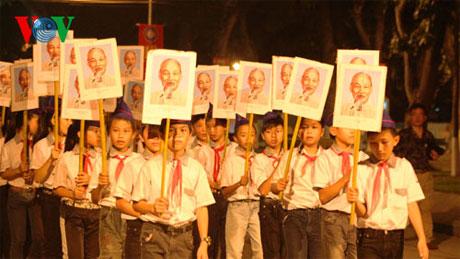 123 em học sinh rước ảnh Bác từ Khu di tích Kim Liên đến sân vận động Làng Sen
