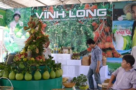 Gian hàng của tỉnh Vĩnh Long tại Hội chợ triển lãm rau quả và thương mại ĐBSCL trong khuôn khổ MDEC Tiền Giang - 2012. Ảnh: Vân Anh