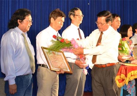 Chủ tịch UBND tỉnh trao Bằng khen cho các tác giả đoạt giải trong cuộc thi sáng tác tác phẩm văn học - nghệ thuật, báo chí về đề tài Học tập và làm theo tấm gương đạo đức Hồ Chí Minh.