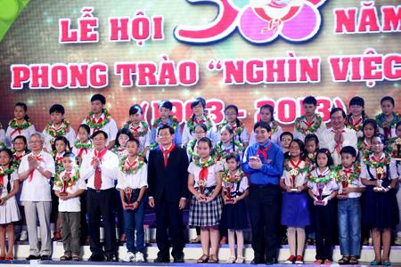 Chủ tịch nước Trương Tấn Sang cùng lãnh đạo các ngành trao hoa, cúp lưu niệm cho các dũng sĩ Nghìn việc tốt tiêu biểu toàn quốc - Ảnh: Minh Châu