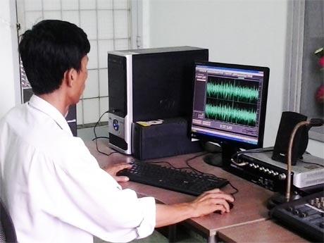 Kỹ thuật viên đài huyện đang xử lý một chương trình phát thanh.