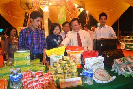 Ông Nguyễn Văn Khang, Chủ tịch UBND tỉnh và bà Vũ Kim Hạnh, Chủ tịch Hội Doanh nghiệp hàng Việt Nam chất lượng cao tham quan các gian hàng Hội chợ.