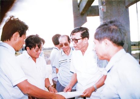 Phó Chủ tịch Hội đồng Bộ trưởng Đồng Sỹ Nguyên cùng lãnh đạo tỉnh đến khảo sát công trình Cống đập Gò Công do Xí nghiệp Thi công cơ giới Thủy lợi Tiền Giang thi công.