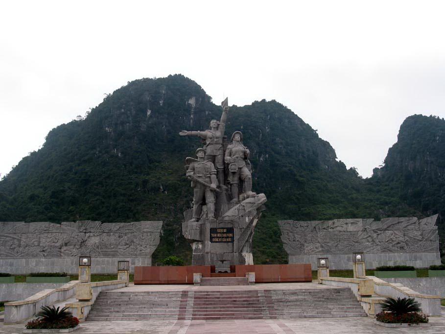 Kết quả hình ảnh cho Bộ đội, thanh niên xung phong san lấp hố bom tại Ngã ba Đồng Lộc