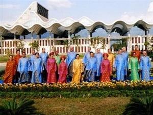 Các trưởng đoàn dự hội nghị APEC 14 ở Việt Nam mặc áo dài truyền thống Việt Nam chụp ảnh chung.