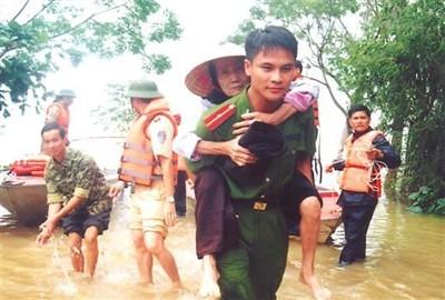 Chiến sỹ CAND giúp dân trong mùa lũ lụt.
