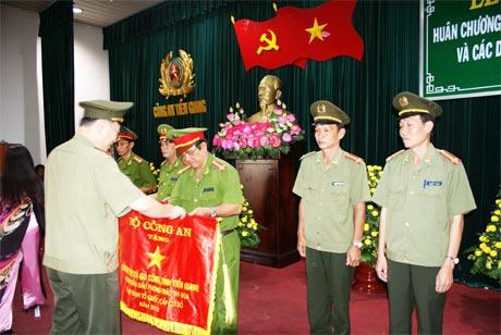 Trung tướng Tô Lâm – UV BCH TW Đảng, Thứ trưởng Bộ Công an trao Cờ của Bộ CA tặng các đơn vị dẫn đầu phong trào thi đua Vì ANTQ cấp cơ sở tại lễ tổng kết công tác năm 2012.
