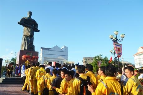 Đông đảo cán bộ và nhân dân đến thắp hương trước tượng đài AHDT Trương Định.