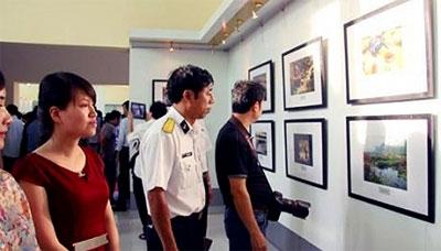 Khách tham quan triển lãm ảnh toàn quốc chủ đề