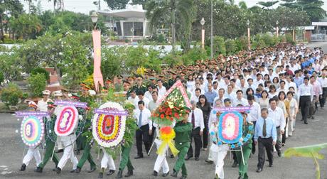 Đoàn đại biêu viếng Nghĩa trang liệt sĩ tỉnh.