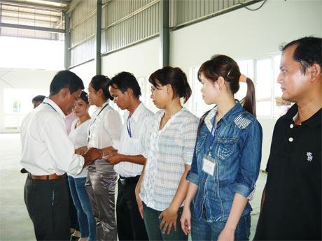 Ông Trần Văn Dũng, Chủ tịch Công đoàn các khu công nghiệp tỉnh phát thẻ CĐ cho các công đoàn viên ở một doanh nghiệp ngoài nhà nước.