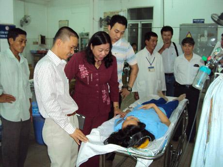 Bà Trần Kim Mai, Phó chủ tịch UBND tỉnh cùng lãnh đạo công ty thăm hỏi công nhân bị ngộ độc tại BVĐKTT tỉnh