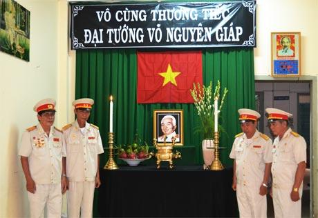 Hội Cựu chiến binh tỉnh lập bàn thờ để cựu chiến binh và nhân dân đến viếng, thắp hương tưởng niệm Đại tướng Võ Nguyên Giáp.