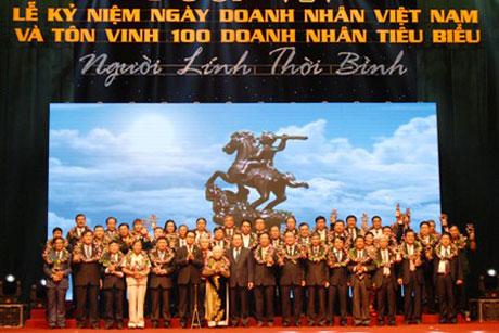 Phó Thủ tướng Vũ Văn Ninh và các doanh nhân Việt Nam tiêu biểu năm 2013.