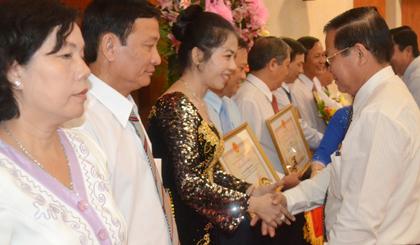 Bà Phan Thị Xuân Thu nhận bằng khen doanh nhân Tiền Giang tiêu biểu năm 2013.