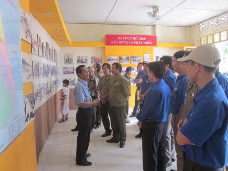 Đoàn đang nghe thuyết trình tại nhà trưng bày chứng tích tội ác của bọn Pôn Pót.