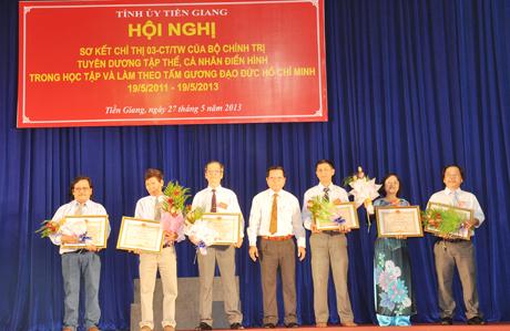 Phó Bí thư - Chủ tịch UBND tỉnh Nguyễn Văn Khang trao bằng khen cho các tác giả đạt giải văn học, nghệ thuật và báo chí về chủ đề