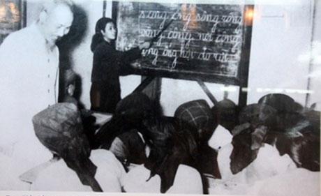 Bác Hồ đến thăm lớp bình dân học vụ phường Lương Yên - Hà Nội năm 1956.
