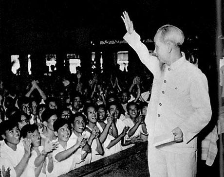 Bác Hồ thăm đại biểu giáo viên toàn miền Bắc năm 1958