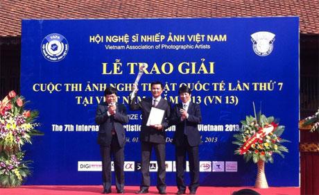 Ông Nguyễn Thế Kỷ, Phó Trưởng ban Tuyên giáo Trung ương và ông Vũ Quốc Khánh, Chủ tịch Hội Nghệ sĩ Nhiếp ảnh Việt Nam trao Huy chương Vàng FIAP cho nội dung ảnh chân dung.