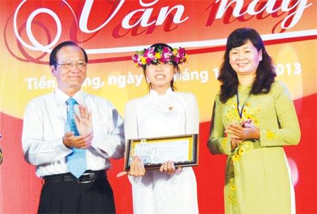 Ông Trần Thanh Đức, Phó Chủ tịch UBND tỉnh và bà Lý Việt Trung, Phó Tổng Biên tập Báo Sài Gòn Giải Phóng trao giải Nhất cho thí sinh Trần Mỹ Tiên (Tiền Giang).