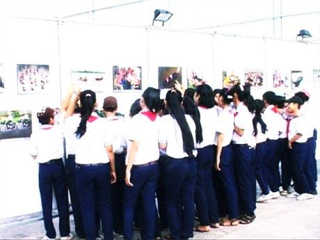 Người dân tham quan buổi triển lãm. Ảnh: Hồng Linh