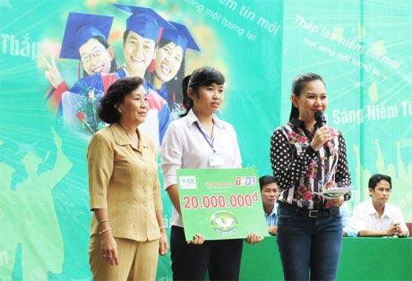 Bà Đồng Thị Bạch Tuyết, Chủ tịch Hội Khuyến học tỉnh Tiền Giang  trao học bổng cho em Phúc Trân.