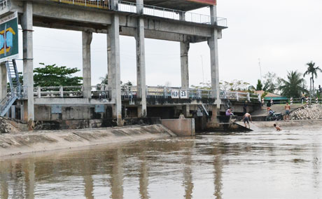 Khai thác hợp lý các cống thủy lợi để chủ động ngăn mặn, phục vụ sinh hoạt và sản xuất. Trong ảnh, cống thủy lợi Gà Cát, TP. Mỹ Tho. Ảnh: Vân Anh