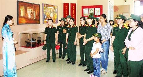 Hội Phụ nữ cơ sở Bộ CHQS tỉnh viếng Lăng cụ Phó bảng Nguyễn Sinh Sắc.