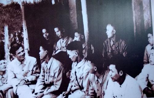 Đồng chí Nguyễn Chí Thanh, Chủ nhiệm Tổng cục Chính trị sinh hoạt với lớp chỉnh huấn chính trị của cán bộ các đơn vị miền Nam tập kết ra miền Bắc.