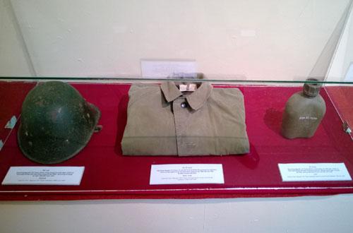 Một số kỷ vật gồm mũ sắt, áo đi mưa, bi đông do Đại tướng Nguyễn Chí Thanh sử dụng thời kỳ ở chiến trường miền Nam (1964 - 1967)