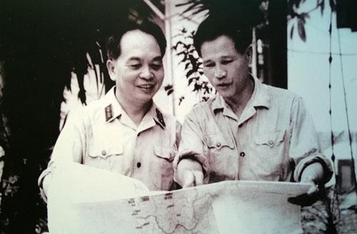 Đại tướng Nguyễn Chí Thanh và Đại tướng Võ Nguyên Giáp trao đổi tình hình chiến sự chiến trường miền Nam (5-7-1967).