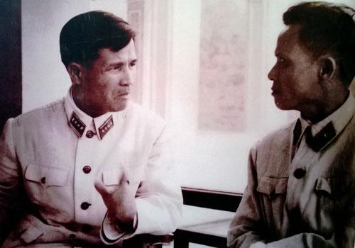 Đại tướng Nguyễn Chí Thanh trao đổi với Thiếu tướng Chu Huy Mân trước khi vào chiến trường miền Nam năm 1964.