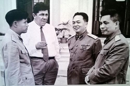 Đại tướng Nguyễn Chí Thanh, Đại tướng Võ Nguyên Giáp, Thượng tướng Văn Tiến Dũng và đồng chí Leophyger Ủy viên Trung ương Đảng Cộng sản Pháp thăm Việt Nam.