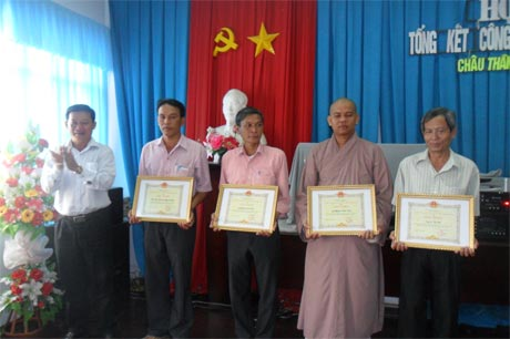 Ông Lý Hoàng Chiêu, Phó Chủ tịch UBND huyện trao giấy khen.