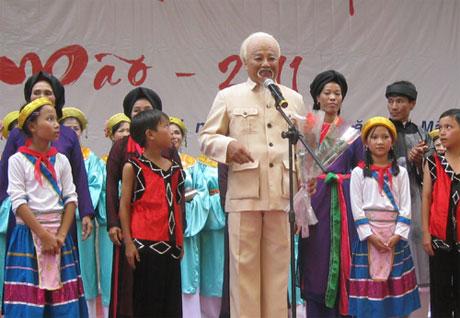 Nghệ sĩ Văn Tân trong một lần đóng vai Bác Hồ trên sân khấu.