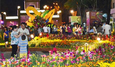 Đường hoa Hùng Vương, nơi vui chơi của nhân dân trong dịp Tết.