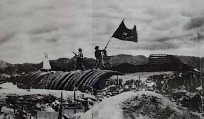 """Lá cờ """"Quyết chiến, Quyết thắng"""" tung bay trên nóc hầm tướng De Castrie ở Điện Biên Phủ, ngày 7-5-1954. Ảnh minh họa: cinet.gov.vn"""