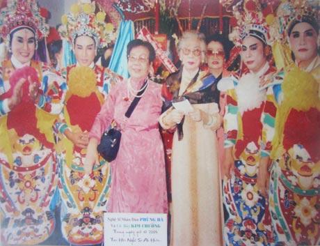 NSND Phùng Há và các NS cải lương Nam bộ về dự Giỗ Tổ năm 2004 tại Hội Nghệ sĩ Ái Hữu  TP. Hồ Chí Minh (Ảnh tư liệu do Nguyễn Mạnh Thắng cung cấp).