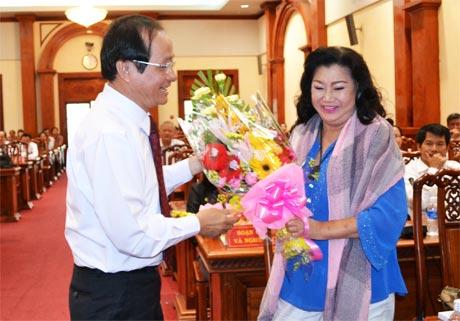Tiến sĩ Trần Thanh Đức, Phó Chủ tịch UBND tỉnh tặng hoa Nghệ sĩ nhân dân Kim Cương.